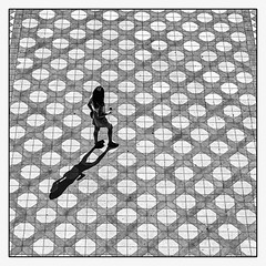 Plein soleil. (francis_bellin) Tags: olympus blackandwhite streetphoto street netb photoderue ombre monochrome espagne andalousie noiretblanc lignes touriste photographe plazadeespaña femme rue passantes bw ville séville 2019