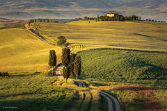 The 'Gladiator's Road' (He Ro.) Tags: frühling italien italy tuscany gladiatorsroad pienza toskana valdorcia sunrise goldenlight landscape outdoor grass farmhouse terrapillefarmhouse mood rural