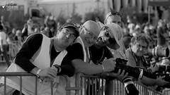 Sacré brochette de Spotters (Laurent Quérité) Tags: canonfrance canoneos7d canonef100400mmf4556lisusm homme photographe spotter man noirblanc blackwhite meetingaérien airshow avignoncaumont lfmv france