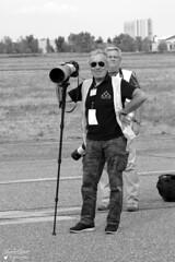 Alain & JP (Laurent Quérité) Tags: canonfrance canoneos7d canonef100400mmf4556lisusm noirblanc white portrait photographe spotter homme man blackwhite meetingaérien airshow toulousefrancazal lfbf cugnaux france