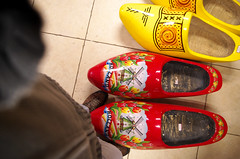 Avec mes sabots (Atreides59) Tags: sabots pieds foot pied feet holland hollande paysbas netherlands pentax k30 k 30 pentaxart atreides atreides59 cedriclafrance rouge red jaune yellow
