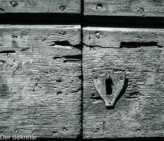 Bestimmt gut verschlossen --- Certainly well closed (der Sekretär) Tags: brett bretter cantonticino detail holz kantontessin morcote nagel nägel schloss schweiz switzerland tessin ticino türschloss abgeblättert abgebröckelt alt board boards bröcklig closeup doorlock lasuisse lock nail nails old plank planks verwittert weatherbeaten weathered wood