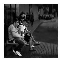 Comunicación y aislamiento (Jose Pinero) Tags: callejera street blanco y negro contraste urbana movil tendencia social
