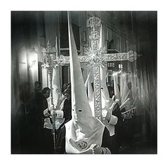 Devoción y Tradición (Jose Pinero) Tags: religion semana santa tradiciones blanco y negro contraste penitentes cruz de guia catolica