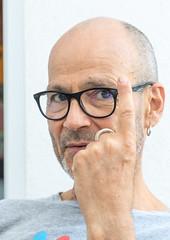 Renaud Grizard, artiste peintre. (Petoskey Drones) Tags: man face portrait artist painter lunettes finger figure visage eyes regard gaze head