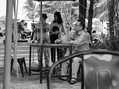 Au café, Kèp, Cambodge, juillet 2019. The coffee shop, Kep, Cambodia, July 2019. (vdareau) Tags: photographiederue streetphotography noiretblanc photographienoiretblanc blackandwhitephotography blackandwhite kèp kep café coffeeshop coffee cambodge cambodia southeastasia asiedusudest asie asia