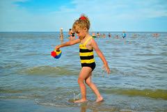 Sea Bee. (denkuznets81) Tags: family sea summer sedovo vacation beach семья лето отдых море седово пляж children child girl ребенок дети donbass азовскоеморе