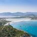 Der Strand von Porto Giunco mit Blick auf den See Stagno di Notteri auf Sardinien, Italien