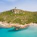 Blick aus dem Norden auf den Turm von Porto Giunco (Torre di Porto Giunco) auf Sardinien, Italien