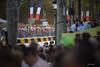 Le peloton du Tour de France en semi-nocturne sur les Champs-�lys�es