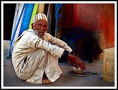 Tea and cigarette (jose_miguel) Tags: jose miguel españa spain espagne panasoniclumixfz50 marruecos morocco maroc marrakech marrakesh marraquech retrato portrait hombre man homme calle street fotografíaenlacalle streetphoto robado candid rue color colour couleur contraste contrast
