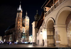 Sukiennice & St. Mary's Basilica @ Night, Krakow, Poland (JH_1982) Tags: sukiennice cloth hall krakauer tuchhallen main square old town oldtown hauptmarkt plaza mercado place marché principal rynek glowny główny 中央集市广场 리네크 글루프니 главный рынок st marys basilica kościół wniebowzięcia najświętszej maryi panny marienbasilika basílica santa maría basilique saintemarie 圣母圣殿 聖マリア教会 성모 승천 교회 мариацкий костёл architecture landmark historic nacht night nuit noche notte 晚上 夜 ночь evening kraków krakow krakau cracovie cracovia cracow 克拉科夫 クラクフ 크라쿠프 краков poland polen polska pologne polonia 波兰 ポーランド 폴란드