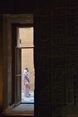 Templo de Edfu (Egipto) (Carlos Arriero) Tags: edfu egipto egypt templodeedfu viajar travel carlosarriero people personas gente composición composition contraste contrast contemplación nikon d800e 2470f28 tamron