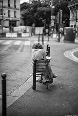 Hors piste (Mathieu HENON) Tags: leica leicam m240 noctilux 50mm monochrome laphotodulundi noirblanc nb blackwhite bnw bw street streetphoto streetlife photoderue france paris 20ème arrondissement café terrasse table chaise femme seule parisienne parisiangirl parisianstyle potelets poteaux jourdain