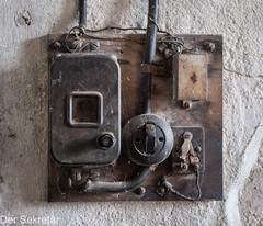 Vor dem Einschalten würde ich den Kondensator prüfen. Der Rest scheint in Ordnung zu sein.---I'd check the capacitor before switching it on. The rest seems to be fine. (der Sekretär) Tags: brett deutschland draht druckknopfbuttonpushbutton germany gerät holz kabel kippschalter kondensator leitung lichtschalter objekte putz saalfeld schalter schraube schraubenfabrik schraubenfabrikernstzehner spinnennetz spinnwebe stromkabel taste thuringia thüringen wand alt assembly beschädigt board broken cable capacitor cobweb condenser control defect defekt degenerated device downandout heruntergekommen kaputt key lightswitch marode old outoforder powercable powercord rendering screw screwfactory scruffy shabby spidersweb spiderweb switch toggleswitch tumbler vergammelt wall wire wood