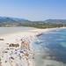 Blick auf den Strand von Porto Giunco neben dem See Stagno di Notteri auf Sardinien, Italien