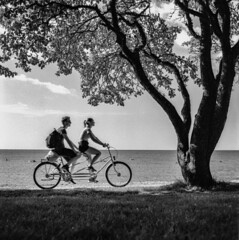Analog photo: Youngsters on holiday... (linbjo@tele2.se) Tags: blackwhite blackandwhite gotland visby sweden sverige semester holiday vacation blackwhitephotos rolleicord superpan rollei
