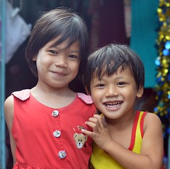 brother and sister (the foreign photographer - ฝรั่งถ่) Tags: brother sister children khlong bang bua portraits bangkhen bangkok thailand nikon d3200