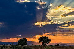 The last rays before the stormy night ....., Los últimos rayos antes de la noche tormentosa..... (Joerg Kaftan) Tags: tormenta nubes sol luz atardecer paisaje ambiente castillalamancha viñuelas canon eos7markii sigma storm clouds sun light sunset landscape environment