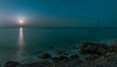 Mar y luna (Nocturna). (Ricardo Pallejá) Tags: moon luna landscape light luces lightroom nikon d500 sea mediterráneo night nit noche longexposure largaexposición playa beach paisaje mar costa lighpainting