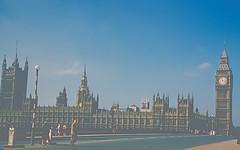 London 1958 (Riex) Tags: parliament bigben clocktower clocher horloge westminster 1958 london londres british english monument cliché historical historique town ville city england uk unitedkingdom angleterre grandebretagne greatbritain gb royaumeuni diapo slide film kodachrome