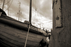 VD241 (Atreides59) Tags: volendam mer sea bateau boat netherlands paysbas holland hollande ciel sky nuages clouds black white bw blackandwhite noir blanc nb noiretblanc pentax k30 k 30 pentaxart atreides atreides59 cedriclafrance