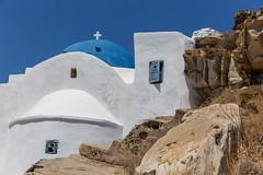 Kalkstein-Kloster Agios Ioannis Detis mit blauer Kuppel, im Umweltpark von Paros auf Griechenland, an einer felsigen Küste an der Ägäis gebaut