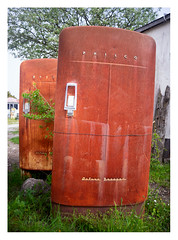 Philco Deluxe Freezer (2x) (leo.roos) Tags: freezer vriezer rust decay kutensbensin crêperietati roest verval vervaldeur bruin prime manu compo deur kapot helios 28 metaa gotland fårö heliosautowideangle128f28mm m42 a7 helios2828 madeinjapan swedengotlandspring2019 zweden darosa leoroos sweden sverige
