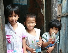 brother and sisters in the doorway (the foreign photographer - ฝรั่งถ่) Tags: three children doorway brother sisters khlong thanon portraits bangkhen bangkok thailand canon