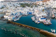 Luftbild zeigt Schiffe im Hafenbecken der malerischen Inselstadt Naoussa auf Paros (Griechenland)
