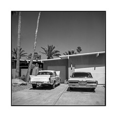 2 beauties • palm springs, ca • 2018 (lem's) Tags: classic cars automobile street house midcentury rue architecture maison palm springs ca california rolleiflex t