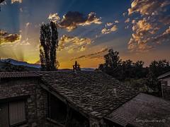 Los primeros rayos de sol. Margugued (Boltaña) (tonygimenez) Tags: amanecer aragón españa huesca rayos sol nubes cielo casas paisaje naturaleza