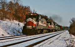 LMX 8514 west in Onalaska, Wisconsin on March 10, 1992. (soo6000) Tags: b398 ge lmx onalaska wisconsin 143 manifest freight train railroad bn burlingtonnorthern lmx8514 8514 snow fallenflag