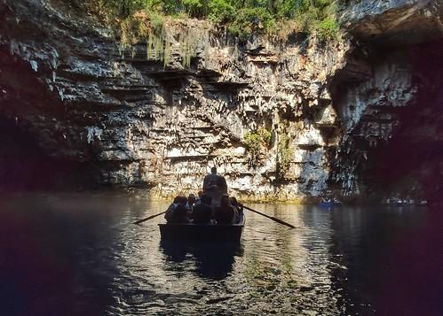 Melissani lake  In barca nella grotta