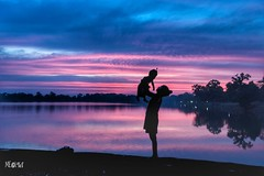 Cambogia - Un tramonto di tenerezza. (iw2ijz) Tags: viaggio travel trip nikon reflex d500 tenderness tenerezza mamma family famiglia bambina figliola cambodia cambogia sunset tramonto
