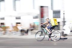 LVM: Una bicicleta con cesta (AriCatalán) Tags: ciclista jackierueda lvm juegolvm barrido panning bike bicicleta