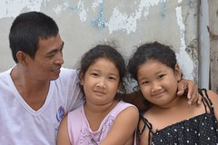 father and twin daughters (the foreign photographer - ฝรั่งถ่) Tags: father twins daughters khlong thanon portraits bangkhen bangkok thailand canon
