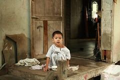 boy on his porch (the foreign photographer - ฝรั่งถ่) Tags: boy child porch wooden house khlong thanon portraits bangkhen bangkok thailand canon