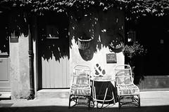 (Ah - Wei) Tags: contaxt2 kentmere400bw bw film street chair