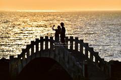 Sunset @ Shihmen Cave  石門洞落日 (Jennifer 真泥佛 * Taiwan) Tags: 石門區 石門洞 北海岸 橋 夕陽 落日 nikond4s nikon 剪影