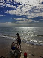 Juegos de verano - Summer Games (ricardocarmonafdez) Tags: seascape seashore shore beach mar sea cielo sky sunlight games summer iphone niños childrens people contraluz backlighting