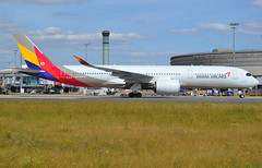 HL7579, Airbus A350-941, c/n 176, OZ/AAR/Asiana/Asiana Airlines, CDG/LFPG 2019-07-08, seconds from docking at Gate Yankee 4 @ Terminal 1. (alaindurandpatrick) Tags: hl7579 cn176 a350 a350900 a350941 airbus airbusa350 airbusa350900 airbusa350941 airliners airports airlines aviationphotography jetliners oz aar asiana asianaairlines cdg lfpg parisroissycdg