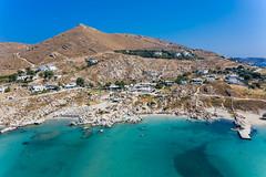Luftbild zeigt die Felsenküste aus Granitstein in der kleinen Bucht Kolimbithres, Touristenmagnet auf Paros, Griechenland