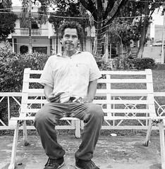 La banca de las dudas (Marcos Núñez Núñez) Tags: street streetportrait banca retrato rolleiflex 6x6 formatomedio film streetphotography blackandwhite blancoynegro bw ilfordhp5 mx oax oaxaca tuxtepec rolleiflex35f
