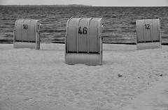 Strandkörbe / Beach chairs (Lichtabfall) Tags: schwarzweiss monochrome blackandwhite einfarbig sw bw poel inselpoel ostsee balticsea küste coast strand beach beachchair strandkorb timmendorf timmendorfstrand mecklenburgvorpommern
