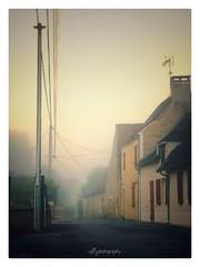 Brume dans la ville - Mist in the town (soffy.photography) Tags: brouillard villagedefrance frenchvillage village fog rue street french france dordogne perigord perigordnoir ambiance huawei snapseed mist