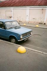 street. offside2019. kyiv. (Yaroslav F.) Tags: vaz 2101 retro car analog camera olympus mju 2 fujifilm superia kyiv yaroslav futymskyi yellow blue street urban daylight київ ваз