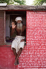 Blessings - Leica Summicron-R 50mm 2.0 @ 2.0 (thomas.pirolt) Tags: leica summicronr 50mm 20 leitz 50 summicron india braj goverdhan radhakund streetphotography street streetlife sony a7 a7ii people portrait candid moment theindiatree old sadhu