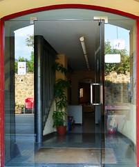 PORTA AMB REFLEXES (Joan Biarnés) Tags: maiàdemontcal girona 330 panasonicfz1000 porta puerta reflejos balcó balcon panasoicfz1000 garrotxa