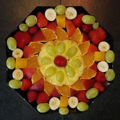 20190803_105640 FrüchteSonnenBlume (wos---art) Tags: blüte blume face gesicht obst früchte banane orange birne kiwi melone apfel weintrauben himbeeren pfirsich ananas teller blühen